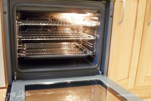 Ставим в духовку, предварительно разогретую до 180°С, и выпекаем 45 минут.