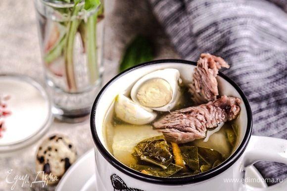 Снять отваренное мясо с кости, нарезать кубиками, добавить в суп. Дать настояться супу минимум полчаса. На вторые сутки суп станет гораздо вкуснее.