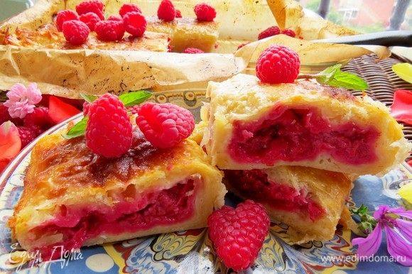 Ставим в разогретую до 180°С духовку на 30-40 минут, выпекаем до румяности. Даем пирогу немного остыть и даем на растерзание родным и близким, потому что аромат от пирога стоит умопомрачительный.