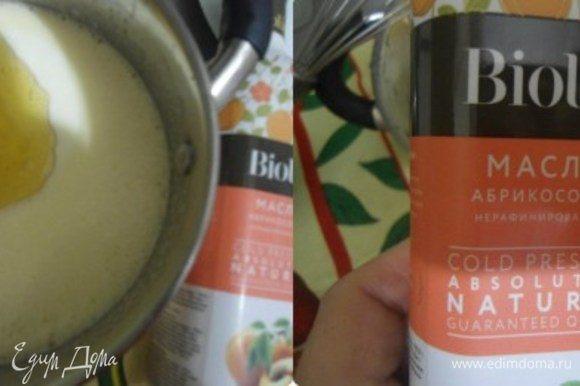 Добавить кефир и масло. Я использовала абрикосовое нерафинированное масло от Biolio.