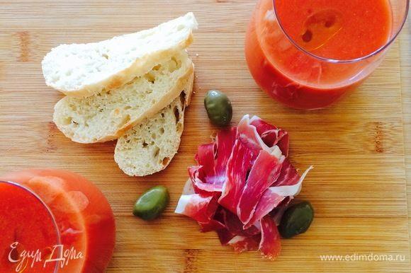 В Испании гаспачо подают в стаканах. Достаем суп из холодильника, хорошо перемешиваем венчиком, разливаем по стаканам, добавляем остатки оливкового масла и наслаждаемся. Приятного аппетита!