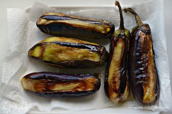 Затем равномерно обжарьте баклажаны на растительном масле до золотистого цвета и мягкости (желательно на гриле). Выложить обжаренные баклажаны на бумажное полотенце чтобы удалить лишний жир.
