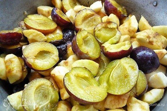 Высыпаем фрукты в кастрюлю, добавляем 100 мл воды и варим в течение 10-15 минут до мягкости, периодически помешивая. Остужаем до теплого состояния, пюрируем с помощью блендера, добавляем сахар и корицу и еще раз хорошо перемешиваем.
