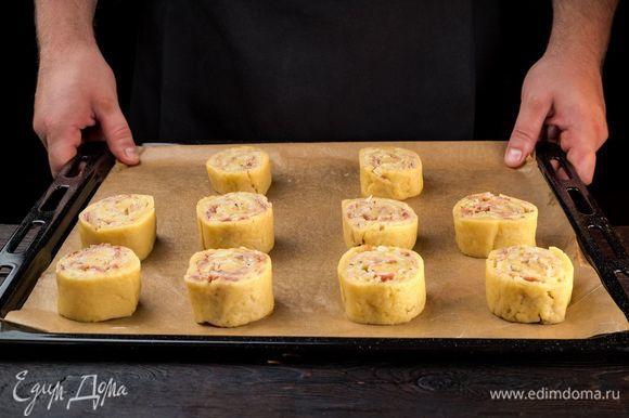 Выложите пирожки на застеленный пекарской бумагой противень. Выпекайте в заранее разогретой до 180°С духовке 30 минут.