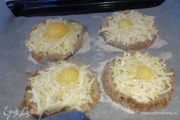 Достаем основу, посыпаем сыром и разбиваем яйцо. Можно заменить на перепелиные, но тогда по две штучки на одно хачапури.