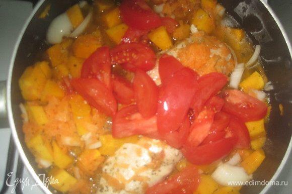 Нарежьте помидоры и добавьте их в кастрюлю или сковороду. Посолите по вкусу. Помидоры, морковь и тыква дадут в процессе приготовления сок. Тушите овощи, не добавляя воды, до готовности тыквы. Курицу, когда она будет готова, выньте из кастрюли.