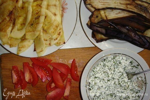 В творог добавить мелко нарезанный укроп и чеснок. Солим и перчим по вкусу. Помидор нарезаем брусочками.