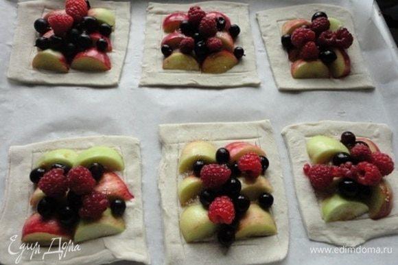 Выкладываем ягоды и фрукты, которые есть на вашем дачном участке и которые вам больше нравятся.