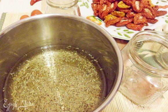 Пока помидоры сушатся, есть время приготовить масляную заправку. Нагреть рафинированное растительное масло до горячего состояния (не кипятить!), добавить 2 щепотки розмарина и не полную чайную ложку тимьяна. Перемешать и дать остыть под крышкой до комнатной температуры. Можно добавлять свои любимые пряности, итальянские или прованские смеси трав. Мне больше нравится классика — тимьян и розмарин, но это дело вкуса.