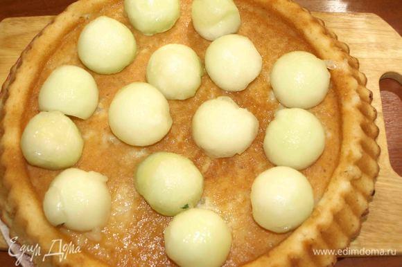 Поверхность пирога проткнуть бамбуковой палочкой в нескольких местах. Распределяем по пирогу маринад. Украшаем дынными шариками.