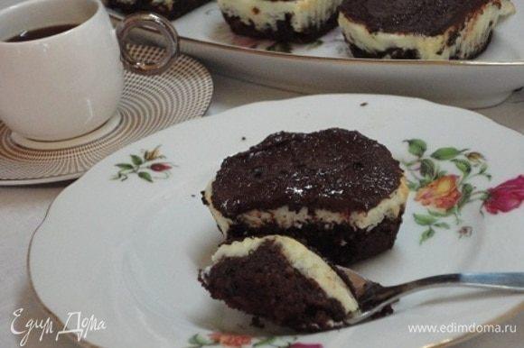 Пока пирожные пекутся, растопите шоколад на водяной бане и полейте им готовое пирожное. Потерпите, пока они остынут, и приятного аппетита!
