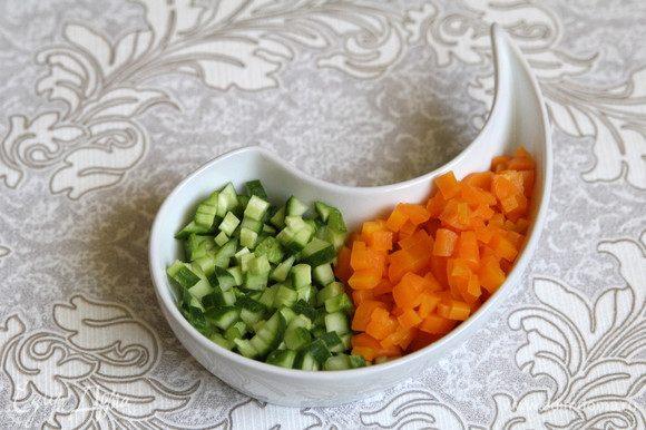 Нарезать мелкими кубиками огурец и морковь.