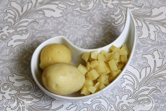 Нарезать картофель кубиками.