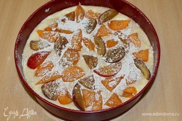 Сверху уложить сливы, порезанные крупными ломтиками. Пирог посыпать сахарной пудрой с корицей.