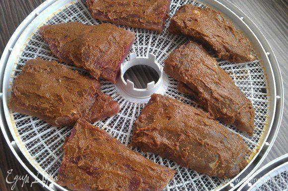 Перед тем как поместить мясо на поддон сушилки, его следует разрезать согласно высоте поддона. Устанавливаем температуру 35°С. Сушим примерно 48 часов, переворачивая куски каждые 12 часов. Можно периодически подмазывать маринадом № 2.