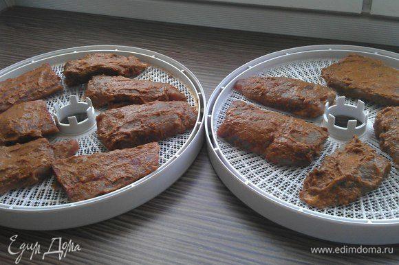 Бастурма считается готовой, если при прощупывании ощущается твердость снаружи и упругая текстура мяса внутри (как сыровяленая колбаса).