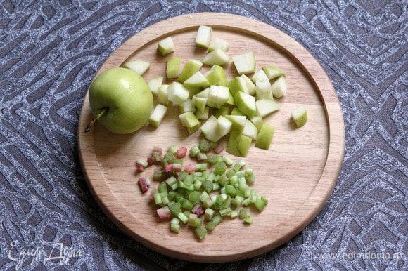Ревень очистить, нарезать мелкими кубиками. Яблоко нарезать кубиками.
