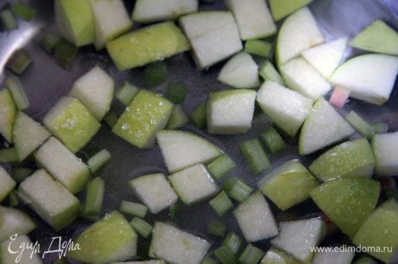 В воду положить яблоко, ревень, сахар. Довести до кипения, варить 5 минут.