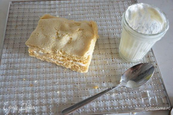 Разрезать пастилу на 3 части, затем каждую треть разрезать пополам. Смазать слои оставшейся яблочно-белковой массой, сложить друг на друга. Смазать сверху и по бокам.