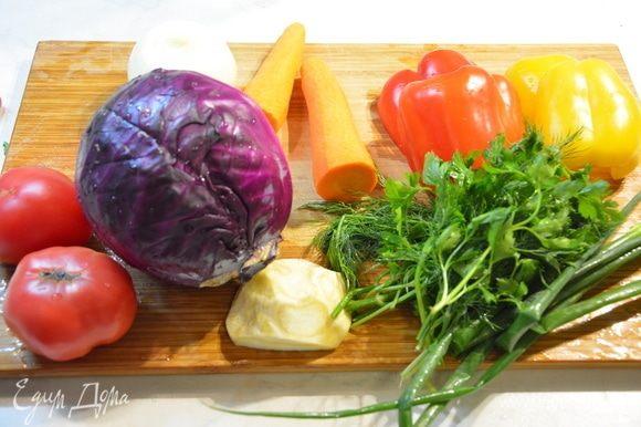 Сельдерей, морковь, лук, перец почистить.