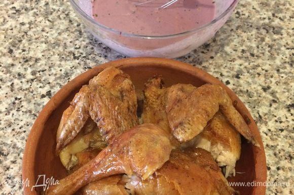 Горячего цыпленка нарезать, переложить на блюдо.