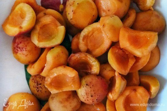 Каждый абрикос хорошенько промываем, разрезаем пополам и вынимаем косточку.