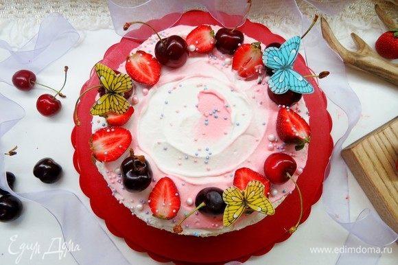 Наносим на верх торта взбитые сливки и оформляем по своему вкусу. Даем торту постоять в холодильнике несколько часов.