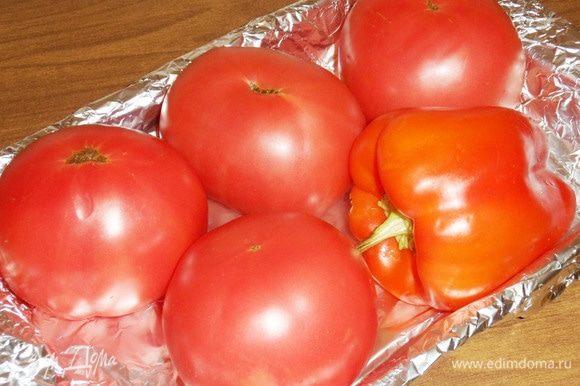 Перец и помидоры хорошо промыть, вытереть насухо. Уложить в противень, застеленный фольгой.
