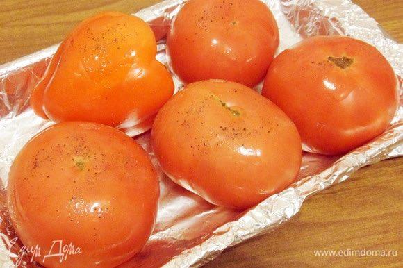 Сбрызнуть половиной подсолнечного масла и поперчить. Отправить в разогретую до 160°С духовку на 1,5 часа. За 15-20 минут до готовности добавить в овощам зубчик чеснока.