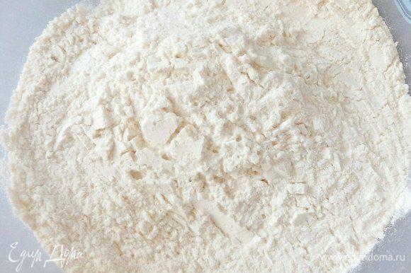 Добавить в просеянную муку соль.
