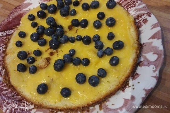 Осталось собрать торт: для этого нужно разрезать его на 3 одинаковых по высоте коржа. Два из них промазать лимонным курдом, приблизительно 1 см в толщину, выложить ягоды, накрыть третьим коржом. Обмазать весь торт кремом из маскарпоне, отставить на пропитку (я оставила на ночь).