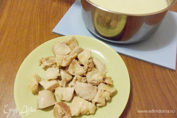 Отварное филе нарезать кусочками и вернуть в суп.