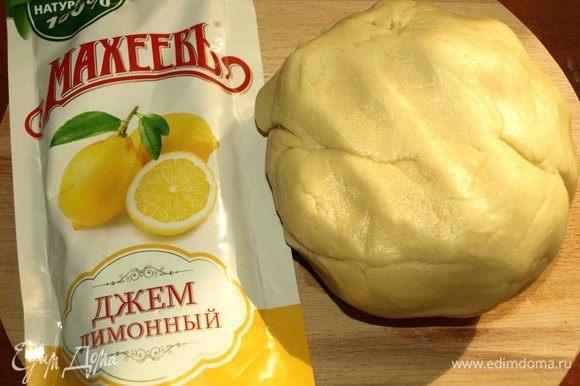 Замешиваем мягкое тесто. Тесто не должно прилипать к рукам. Тесто приятное, удобное в работе. Даем тесту отдохнуть минут 15. В холодильник ставить не обязательно.