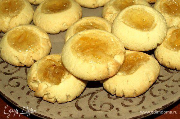 Как только печенье стало подрумяниваться, достаем из духовки. Перекладываем с противня на блюдо, остужать на противне не надо (иначе печенье будет сухим). Даем полностью остыть.