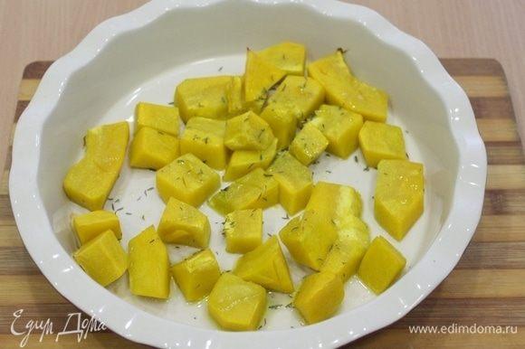Тыкву порезать кусочками, сбрызнуть оливковым масло, посыпать тимьяном и запечь в духовке, примерно 20 минут.