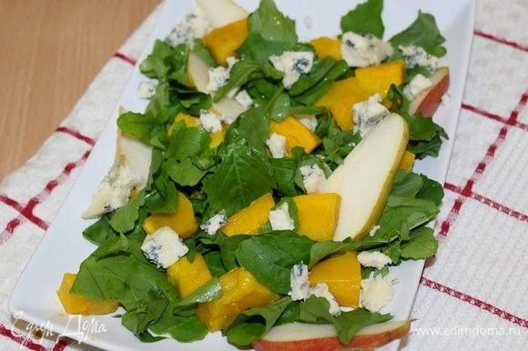 Добавить грушу, сыр. Для заправки соединить 3 столовых ложки оливкового масла, горчицу, 1 ст. ложку меда, уксус и 1 щепотку соли. Заправить салат.