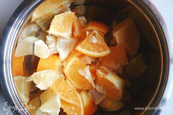 1,5 апельсина и 0,5 лимона нарезаем (не важно как). Если не любите терпковатый привкус, срежьте основную массу кожуры.