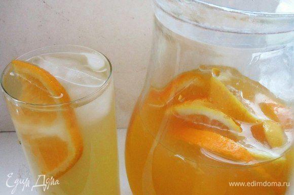 Добавляем нарезанные 0,5 апельсина и 0,5 лимона.