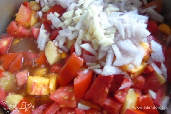 Добавьте к маринаду томаты, нектарины, лук, чеснок и томатную пасту. Варите все это 20 минут, на умеренном огне.