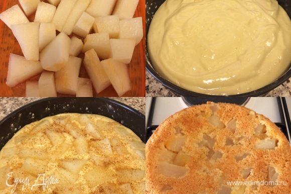 Дыню нарезать кубиками. Перелить тесто в форму. Сверху положить дыню, присыпать сахаром и корицей. Выпекать 30-35 минут до «сухой спички».