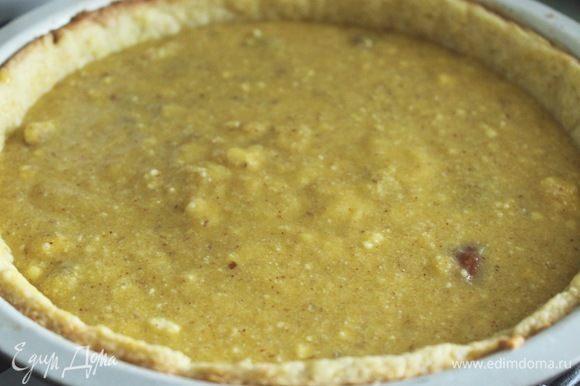 Для франжипана сливочное масло, оба вида муки, сахар, яйца взбить. Поставить в холодильник на 20 мин. Вылить франжипан на песочную основу.