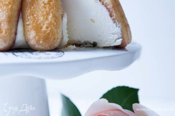 Чтобы достать десерт достать из формы, переворачиваем его в форме на сервировочную тарелку. А затем либо намачиваем полотенце в кипятке и кладем поверх формы, оставив так на пару минут, либо прогреваем форму с помощью фена. За счет горячего полотенца или воздуха желе немного подтает и десерт легко выйдет из формы.