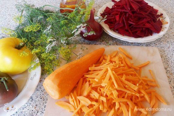 Морковь помыть, очистить и нарезать соломкой.