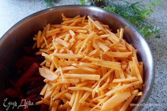 Следом отправить морковь. Перемешать и обжаривать около 5 минут.