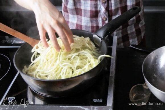 Добавить нарезанный кабачок и базилик, тушить 5 минут.