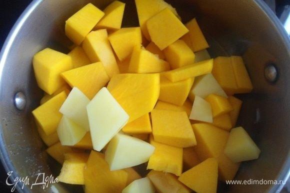Тыкву и картофель очистить, нарезать крупными кубиками и добавить в кастрюлю.