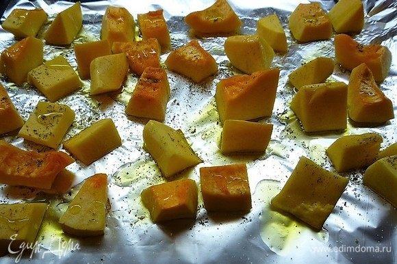 Укладываем тыкву на фольгу, посыпаем специями, солим, поливаем оливковым маслом и запекаем в заранее разогретой духовке при температуре 180°С 30 минут.