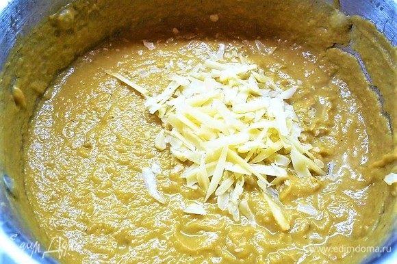 Затем суп пюрируем блендером до желаемой консистенции, добавляем натертый на мелкой терке пармезан, перемешиваем, чтобы сыр расплавился. Креветки отвариваем в подсоленной воде или обжариваем на сковороде в небольшом количестве оливкового масла.