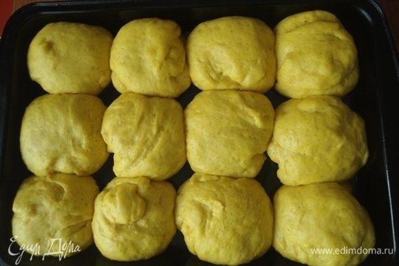 Расстоявшиеся булочки поставить выпекать в разогретую до 180°С духовку. Ориентируйтесь по своей духовке, если у вас сильно жарит верх, убавьте до 160°С. Пекутся булочки 20 минут.
