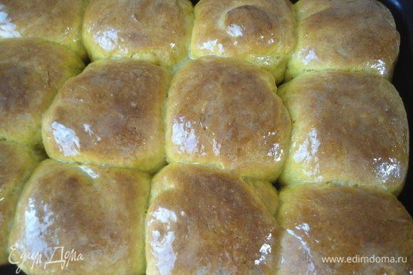 Горячие булочки щедро смазать медовым маслом. Вот какие блестящие!